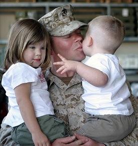 Militaire avec ses enfants