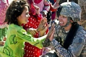 femme militaire avec un enfant