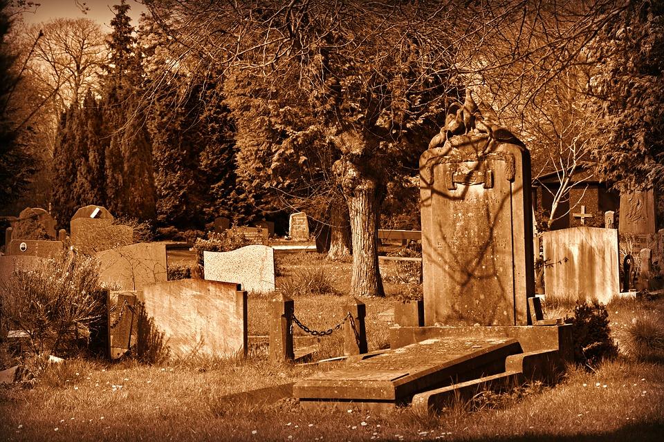 Inhumation ou crémation, quelles différences ? Ici un cimetière avec des tombes, on y trouve aussi des jardins du souvenir.