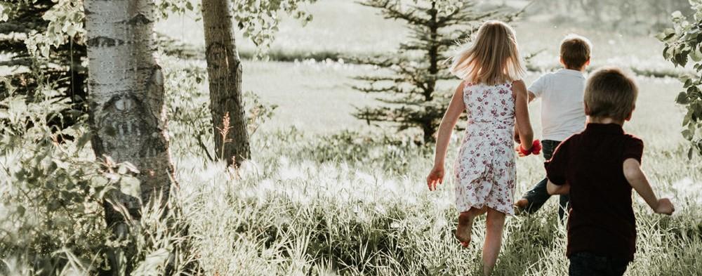 enfants qui courent dans les bois