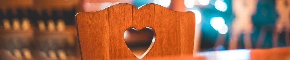 Quotité disponible, représentée par une chaise avec un coeur sur son dossier.
