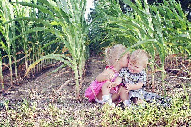 enfants jouant dans un champ