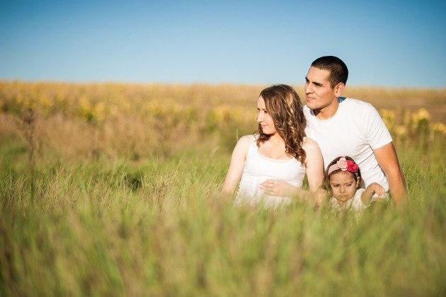 Couple dans un champ avec enfant