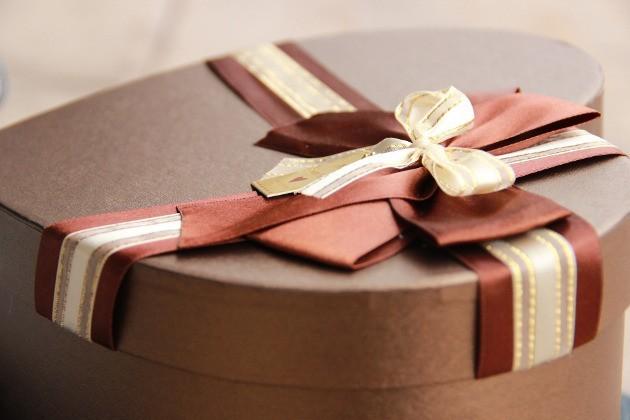 paquet cadeau en forme de cœur