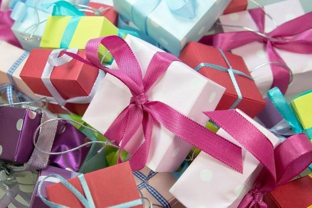 paquets cadeaux multicolores