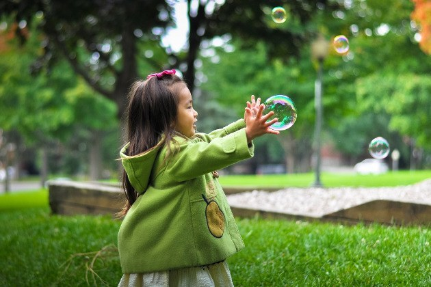 fillette avec bulles