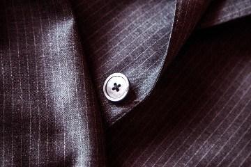 bouton de costume sombre