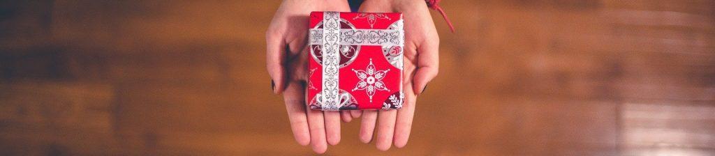paquet cadeau tenu entre deux mains