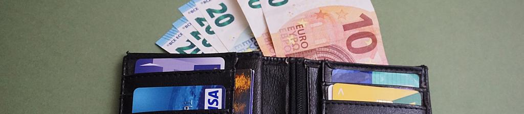 portefeuille ouvert et billets euros