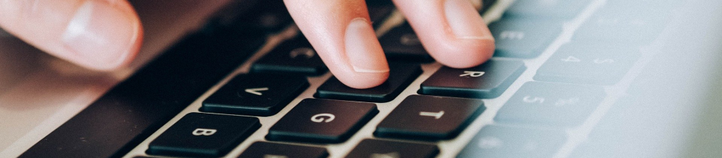 doigts sur clavier ordinateur