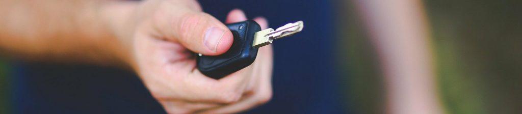 clé de voiture tenue en main