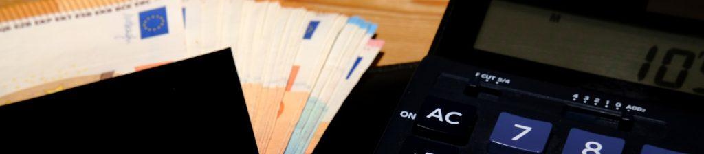 calculatrice et billets de banque