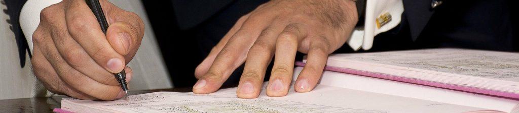 homme en train de signer